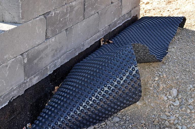 Traitement d'infiltrations d'eau via une membrane anti-humidité